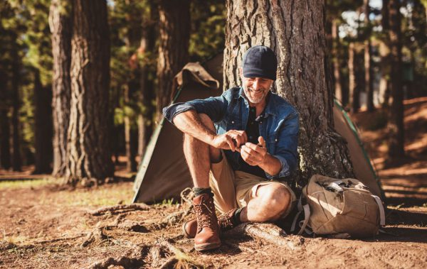 Smartphone nutzen im Wald