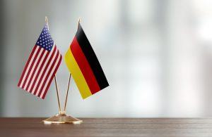 Amerikanische und deutsche Flagge: Vergleich von US-Army und Bundeswehr. ©MicroStockHub / Getty Images Internatiaonal